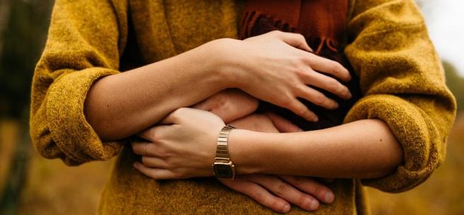 Que Aveces Nos Abraza y Nos Hace Sentir Bien